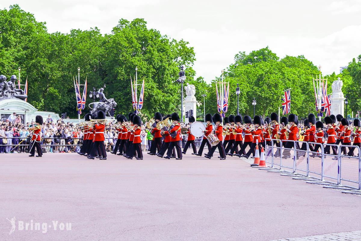 【倫敦景點】白金漢宮衛兵交接儀式,來去看英國紅衣大頭兵遊行(含時間&卡位攻略)