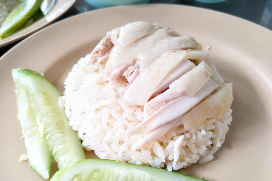 粉紅色制服「紅大哥海南雞飯」:曼谷米其林必比登推薦的水門市場排隊平價美食