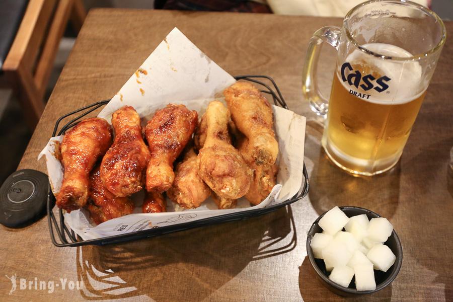 【首爾必吃美食】橋村炸雞:中文菜單、點餐教學,推薦大蒜醬油+辣味炸雞(弘大分店)